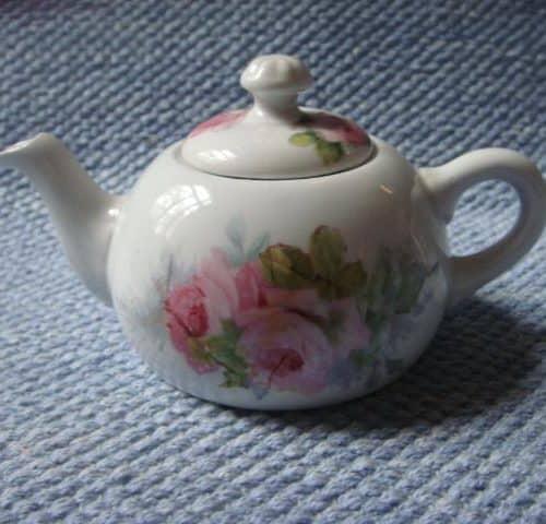 APA-leimainen pieni teekannu