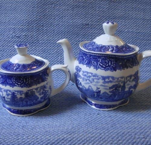 Maisema tee-ja vesikannu