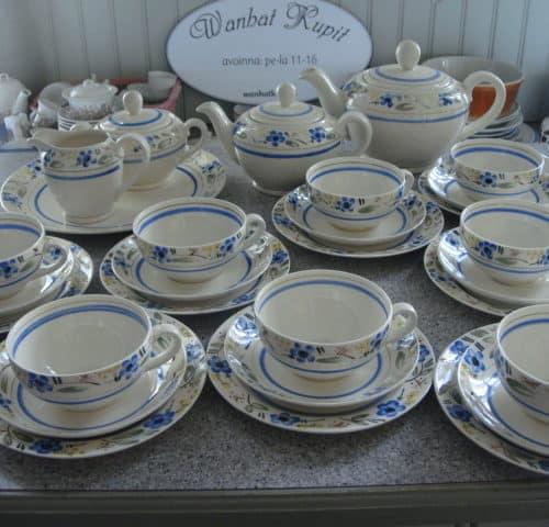 Käsinmaalattu teeastiasto 8-hengelle 40-luvulta