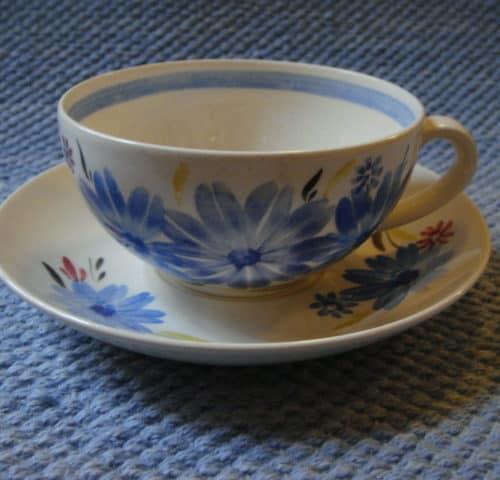 Käsinmaalattu teekuppi