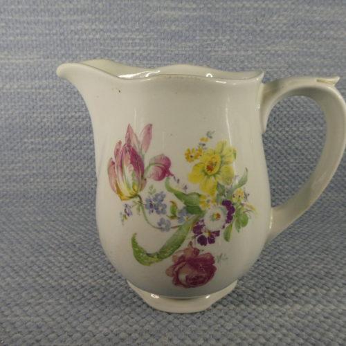 AS-mallin maitokannu kukkia